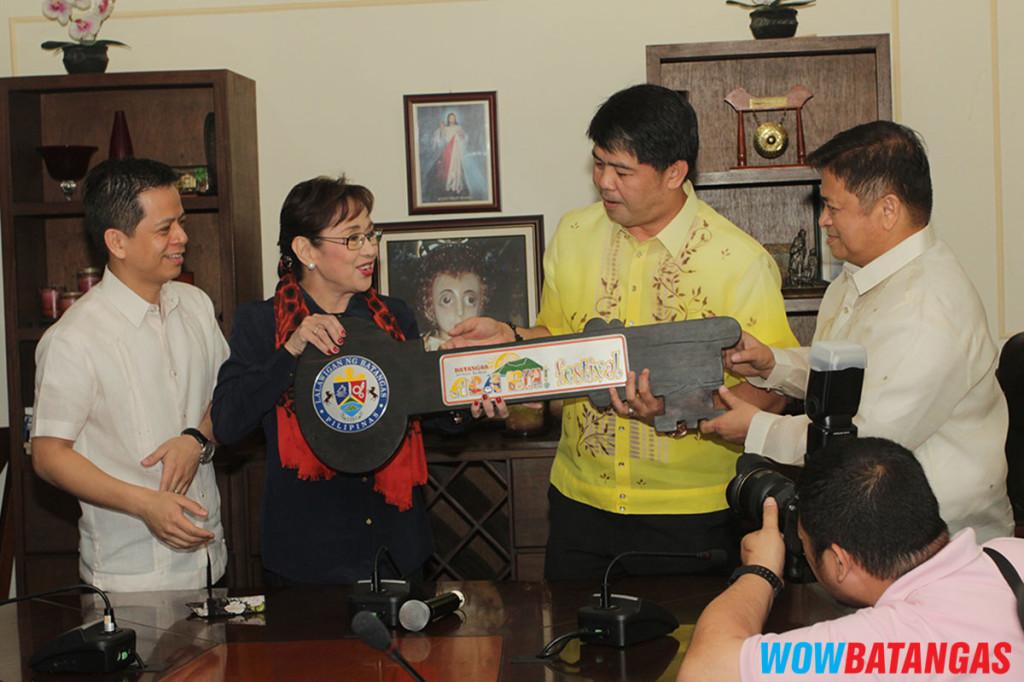 Gov Vi giving key Award